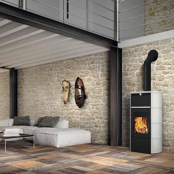 edilkamin-termostufa-a-legna-stufa-idro-kw-24-flamma-cs-vaso-aperto-a+-ceramica-bianco-panna-ambiente