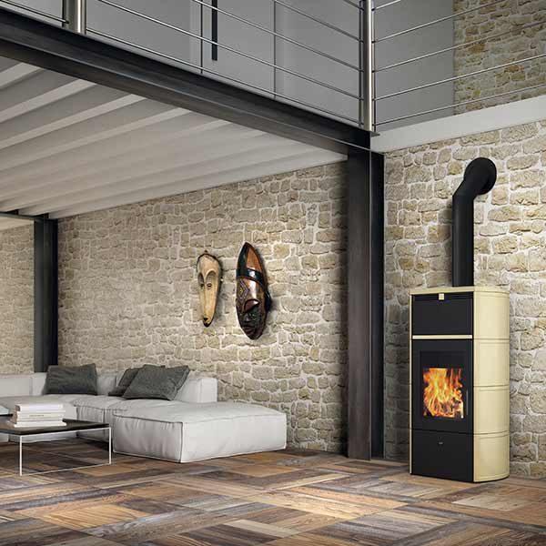 edilkamin-termostufa-a-legna-stufa-idro-kw-24-flamma-cs-vaso-aperto-a+-ceramica-pergamena-ambiente