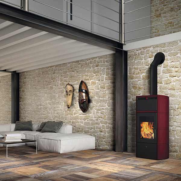 edilkamin-termostufa-a-legna-stufa-idro-kw-24-flamma-cs-vaso-chiuso-a+-ceramica-bordeaux-ambiente