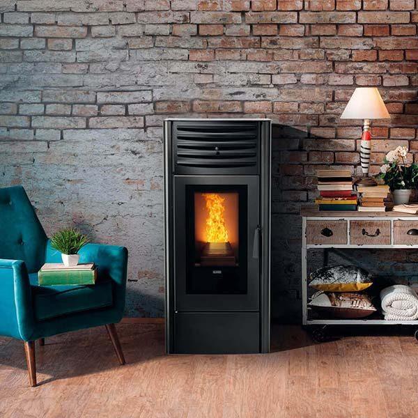 klover-stufa-termostufa-pellet-6,80-kw-dea-eco-8-color-avorio-ambiente-arredo