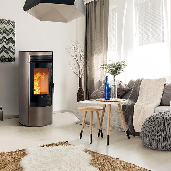 klover-stufa-termostufa-pellet-9,50-kw-rea-100-color-perla-ambiente-arredamento